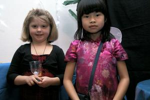 Även Tove Högberg och Tilde-Lu Storm blev fotograferade av Synnöve Vingstedt. Tilde-Lu bar en vacker kinesisk klänning.