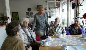 Vilma Henriksson, Karin Nordin, Inga-Britt Kjeller, Mary Larsson och Yvonne Nordensson trivs på dagkaféet i Skönsberg. – Det är roligt att få träffa folk, säger Inga-Britt, som arbetar ideellt i serveringen.