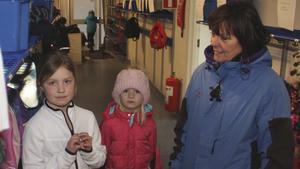 Det är fullt på Per-Olsskolan. På fritids får många barn hänga kläderna dubbelt på krokarna, eftersom det inte finns plats. Här står Olivia Sjöö, 8 år och Amanda Westholm, 7 år, tillsammans med barnskötaren Mia Nordström.