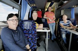 Jan Oscarsson, Togge Sundqvist, Peo Grufvelgård och Ola Jonsson trivs tillsammans både på scenen och i bussen.