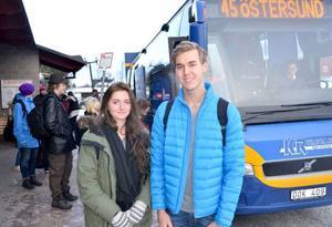 Pernilla Roos och Anton Vahlström åker ofta buss från Svenstavik till Östersund, en resa som kostar 114 kronor tur och retur. Nästa år behöver de inte betala sina resor eftersom alla ungdomar i Bergs kommun, som inte har slutat gymnasiet, får fria resor.
