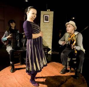 """Berättande på hög nivå. Lisa Eriksson, Harriet Nordlund och Görgen Antonsson i Folkteaterns """"Den elektriske pojken"""" som har officiellt premiär i dag i Sandviken. Foto: Lars Nyqvist"""