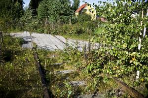 I Sunnerstaholm strax väster om Bollnäs är banan nästan helt igenväxt. Bara övergången är synlig.