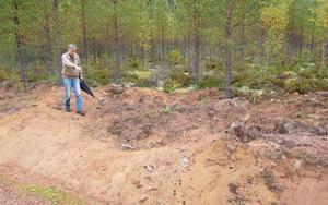 Gerhard Flink visar mittlinjen av den boplatsgrund som skadades i fjol, men som han nu hoppas ska återställas, undersökas och skyltas.