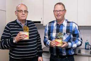 Bror Fagerhov och Bertil Eriksson hade öppnat varsin surströmmingsburk. Besökarna droppade in under kvällen på Kygelvallen.