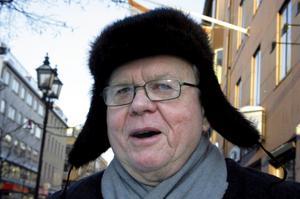 Bror Edlund, 69 år, centralt Örebro:Är det en gammal mössa?– Ja, det är den verkligen.20 år?– Nja, snarare har den 30 år på nacken.Har den någon historia?– Inte mer än att det är min finmössa, en favorit som jag köpte samtidigt som jag köpte en päls åt min fru.