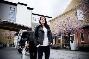 Undersköterskan Josefine Karlsson vittnar om att städpersonalen har det för tufft, och tvingas fuska för att hinna med jobbet.