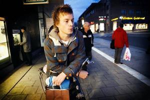 """Lars Rydén från Östersund blev varnad av en man på Stortorget när han inte bar lyse på cykeln. """"Det fick mig att tänka till"""", säger han."""