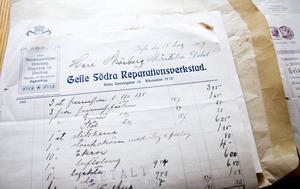 Jan Edstrand vill ta reda på mer om den gamla lanthandelns historia. De här mer än hundra år gamla fakturorna hittade han på vinden.