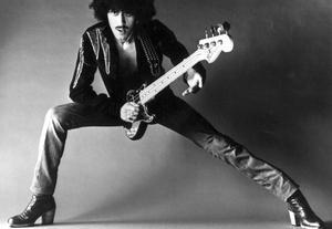 Hyllas. Phil Lynott, sångaren i gruppen Thin Lizzy dog 1986 endast 36 år gammal. I kväll hyllas han av tributebandet Thin Lizzy Bashband som gästspelas av gitarristen Brian Robertson.