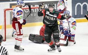 MÅLSKYTT. Moras Henrik Eriksson jublar efter sitt 1–0-mål.