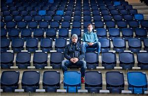 Pappa Mattias Haglund och 17-årige Kevin Haglund som blev utfryst.