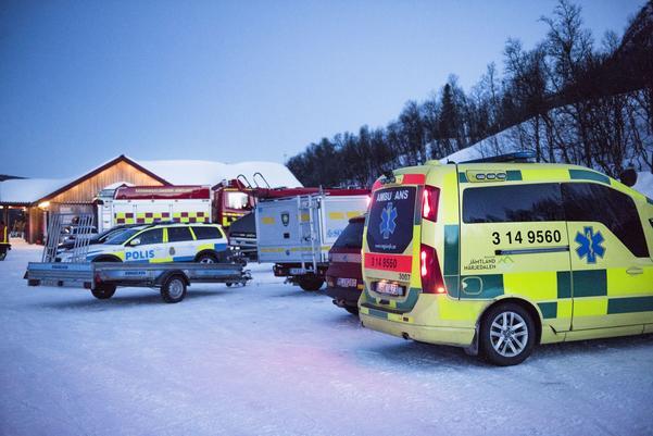 Fjällräddning, räddningstjänst, polis och ambulans samt flera helikoptrar deltar i sökinsatsen.