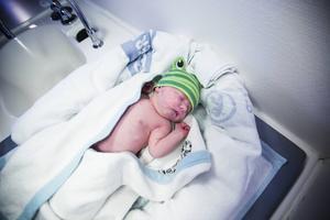 Med filtar kan man ordna ett litet sovnäste för barnet. Här är det nyfödda Cecilia som tar sig en tupplur.