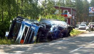 Tankbilen var fullastad med väteperoxid när den välte inne i Alby. Ämnet läcker ur luckorna på tankarna och räddningstjänsten sprutar vatten på bilen för att minska risken för brand.
