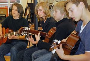 Duktiga gitarrister, från vänster John Skörd, Jonathan Nykvist-Lilliehöök, Mattias Nykvist-Lilliehöök och Carl Lemon.