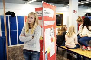 Therese Haglund, projektansvarig för Det handlar om kärlek i Dalarna, här på besök i Åvestadalskolan i Avesta.