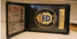 En riktig polislegitimation består av ett polis-id samt en emaljerad polisbricka.