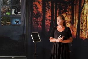 """I brandrummet omsluts besökarna av fotografier från skogsbranden. """"Här ska man bli påmind om det fruktansvärda som hände. Besökarna ska också få svar på alla sina frågor om hur djur och natur drabbades. Det är viktigt att våga fråga"""", säger Lena Oderstad Andersson, ägare av lokalerna och en av initiativtagarna till centret."""