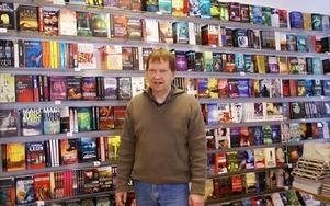Bokhandeln har 15,,500 titlar. Med den nya avdelningen får butiken bättre möjligheter att visa fram böckerna. Här står Anders Källgren framför deckarsektionen.FOTO: ANDERS BJÖRKLUND