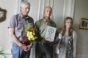 Nordanstigscentern delar ut årets miljöpris till solcellskonsulent Mats Andersson. Från vänster Stig Eng, Mats Andersson och Pernilla Kardell.