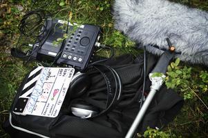 UTRUSTNING. Ljudutrustningen och klappan får vila på marken inför nästa scen i filmen med arbetsnamnet Glada Laxen.