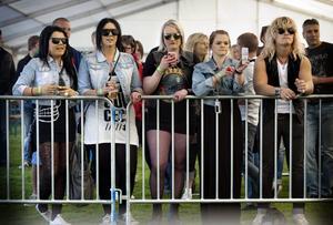 Fanclub. Sleazy Trashs fanklubb höll ställningarna längst fram vid kravallstaketet. Från höger: Natalie Hedborg, Moa Almén, Johanna Bergdahl, My Hertzberg och Lukas Timbäck. BILD: KICKI NILSSON
