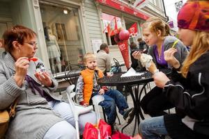 """""""Äter man bara normala mängder av allt, så är det nog ingen fara"""", säger Ingrid Bäckström, som varje år ta med barnbarnen Max och Lova Forsberg och Julia Blomberg till centrala Östersund för att handla kläder inför skolavslutningen. Och då bjuder Ingrid både på fika och glass. Foto: Ulrika Andersson"""
