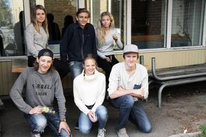 Här låg förr den gamla rökrutan vid Alftaskolan och som nu blivit ett slags förråd. Men Frida Granberg, Andreas Broberg, Agnes Wiklund, Linnéa Mogren, Jonas Nordlund och Hampus Roos röker inte.