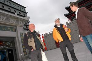 Robert Aschberg och Gert Fylking i samtal med Dragon Gates vd Jonas Jonsson.