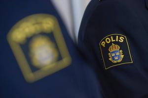 En man kontaktade polisen efter att ha blivit misshandlad av tre män.