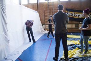 Maximilian Dalhed, Jonathan Åhlund, Robin Backman och Adam Krüger gör en specialtillverkad banderoll.