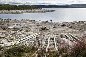 Som kompensation för att sjön dämdes upp byggdes sjösättningsramper som inte når ner till sjöns verkliga nivå.