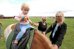 Lite skraj. Mora Nordström från Kumla fyller 2 år i november och är inte helt bekväm med hästen Ari som ägs av Gun-Marie Lundin. Karin Utegård håller i handen.