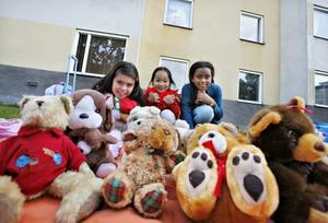 Nickoll Spelveda,9 år, Quynh, 8 år, och Abigail Abraham, 8 år, passade på att sälja sina gamla leksaker på loppmarknaden i samband med gårdsfesten. Vi har sålt jättemycket, berättade de.