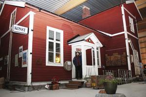 Ute men inne. Teatermaskinen började med det röda huset på bilden. När de byggde ut verksamheten valde de att helt enkelt bygga in huset och starta ett kafé där.