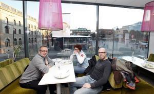 """""""MYSIGT ATT FIKA"""". Olle Lind, Karin Lidgren och Fredrik Olsson jobbar alla åt SJ och är på tillfälligt stopp i Gävle. De går nästan bara till fik där det finns möjlighet att koppla upp sig på ett nätverk."""