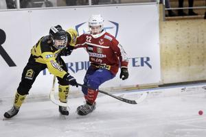 Johannes Camilton hämtades från Siruis till den här säsongen – men vill tillbaka till elitserien. Vägen för ÖSK att ta sig dit blev dock längre efter 6–6 mot Västanfors.
