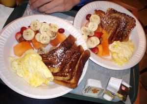 Frukt, french toast och äggröra. Mumsiga frukostar finns överallt.