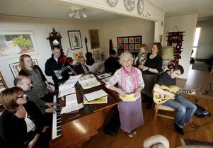 Barbro Sjögren och hennes musicerande familj.