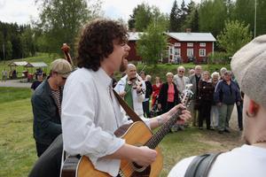 2. Engmans kapell gästade Karsjö marknad för att ge ett smakprov av Folkteaterns sommarföreställning på Träteatern i Järvsö.