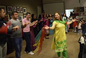 Ayse Karakas ledde dansen och lyckades till slut få med sig så gott som samtliga gäster på den Orientaliska aftonen.