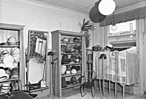 DAGS FÖR VÅRHATT. Annons för Kerstin Bomans hattaffär i Arbetarbladet 9 maj 1956. Ellen Grees var namnet på förra ägaren.
