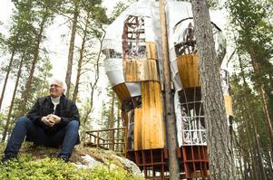 Örjan Gunnarsson visar stolt upp skapelsen och de många små finurliga lösningar som han och järngänget i Öarnas förening hjälpts åt att bygga.