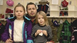 Fagerstapappan Marcus Bagander med döttrarna Alicia och Lovis, som inte var sjuka mycket förra året.