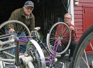 Jan-Åke Amnell och Håkan Larsson lagar cyklar som asylsökande får låna.
