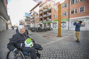 Sören Jansson och Marie-Louise Sjölin betraktade den nya stolpen. Men de var skeptiska till att stolpen var rostig.