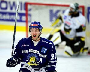 Mikael Brancalion skriker ut sin glädje över sitt 3–3-mål mot Västerås.