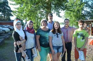 Familjen Ahlström och familjen Abobaker fördes samman genom ett kommunprojekt. Familjerna har trivts ihop och vänskapen har utvecklats snabbt under våren och sommaren. Från vänster: Anahed, Zenata, Katarina, Lars, Agnes, Tarek och Housin.