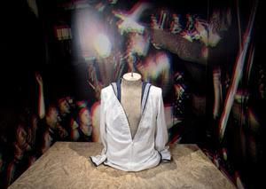 Sjömansskjortan var en del av Hellströms image i flera år och finns förstås med bland de utställda scenkläderna.